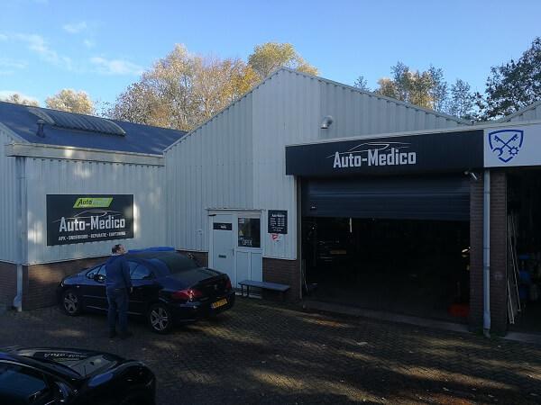 De ingang van de werkplaats van Auto Medico Garage in Voorschoten